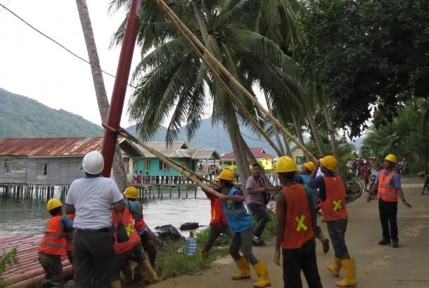 Tim PLN berjuang keras memasang tiang listrik di Desa Tanjung Kumbik Utara, Kecamatan Pulau Tiga Barat, Kabupaten Natuna, Provinsi Kepri, Kamis (19/10).