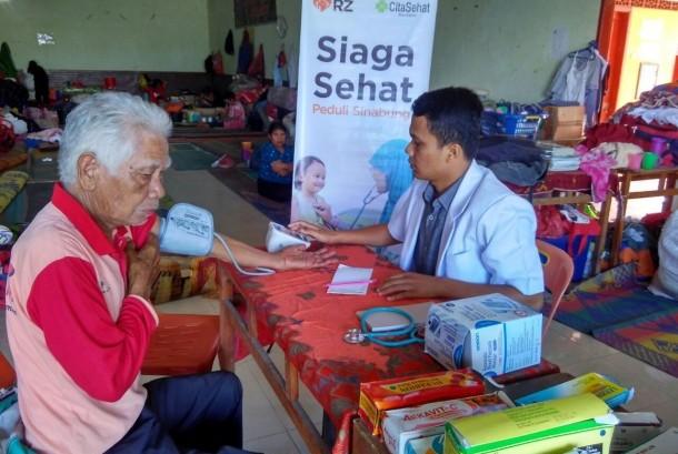 Tim Relawan RZ (Rumah Zakat) memberikan pelayanan kesehatan bagi pengungsi Sinabung di Posko GPDI Ndokom Siroga dan Posko Gudang Jeruk Surbakti, Sinabung, Medan, Jumat (27/5).