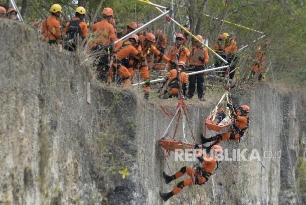 Tim SAR berusaha mengevakuasi korban saat mengikuti kategori High Angle Rescue Technique dalam kegiatan National Search and Rescue (SAR) Challenge 2017 di kawasan Garuda Wisnu Kencana, Badung, Bali (ilustrasi)