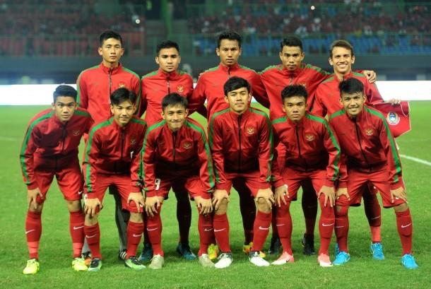Timnas Indonesia U-19 melakukan sesi foto sebelum melawan Timnas Kamboja U-19 dalam pertandingan persahabatan di Stadion Patriot Candrabhaga, Bekasi, Jawa Barat, Rabu (4/10).