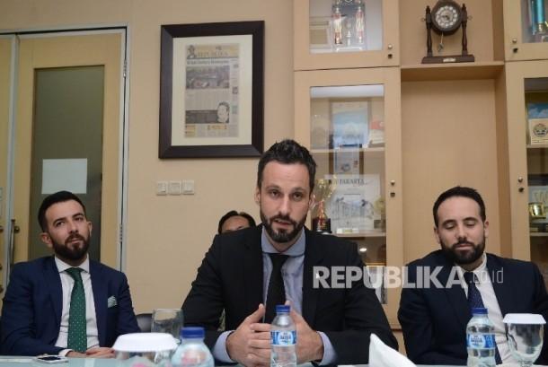 Tokoh muslim Spanyol Ibrahim Hernandez berbicara saat berkunjung ke harian Republika di Jakarta, Jumat (12/2).