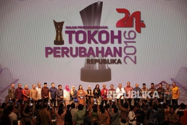 Tokoh Perubahan Republika 2016 berfoto bersama Menteri dan Pejabat Negara saat malam anugerah Tokoh Perubahan Republika 2016 di Jakarta, Selasa (25/4).