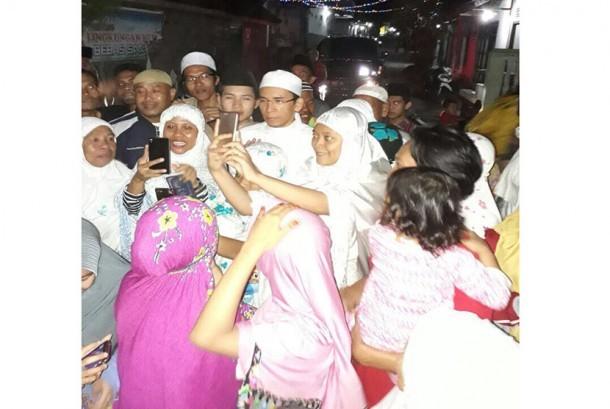 Tuan Guru Bajang bersama warganya.