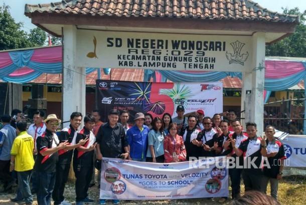 Tunas Group melalui Tunas Toyota bersama Velozity (Veloz Community) memberikan bantuan berupa alat tulis untuk siswa SDN Wonosari, Gunungsugih, Lampung Tengah,