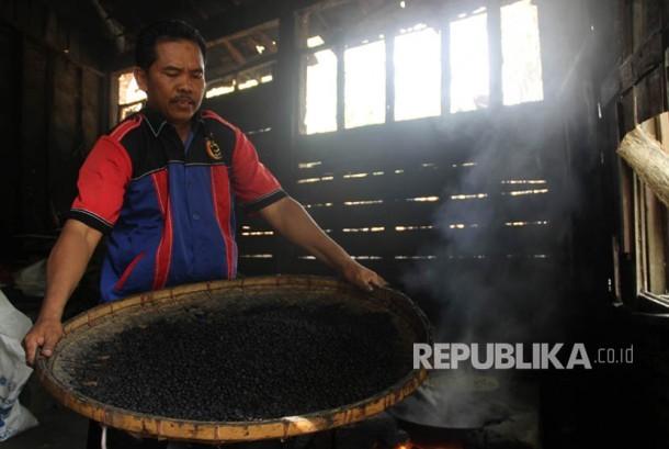 UD Tiga Putra merupakan mitra binaan Semen Indonesia yang bergerak dalam bidang kopi khas Rembang. Kopi dengan merk Kopi Lelet ini sangat digemari oleh berbagai kalangan.