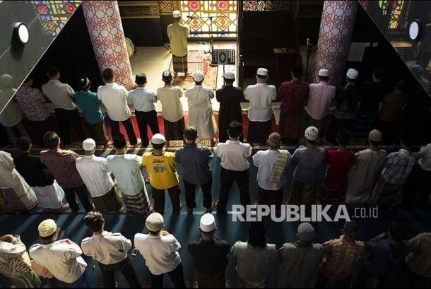 Umat muslim Bali shalat berjamaah di sebuah masjid di Denpasar, Selasa (6/6).