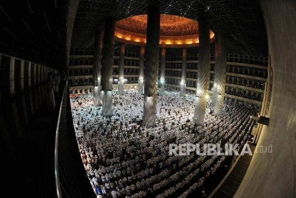 Umat muslim melaksanakan solat subuh di masjid Istiqlal, Jakarta, Jumat (2/12).