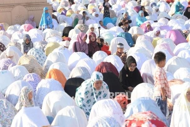 Umat Muslim melakukan shalat Idul Fitri di Masjid Agung Jawa Tengah, Semarang. ilustrasi (Republika/Wihdan)