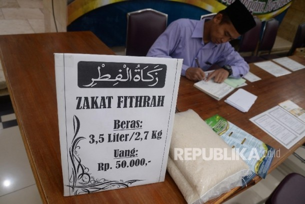 Umat muslim membayarkan zakat fitrah