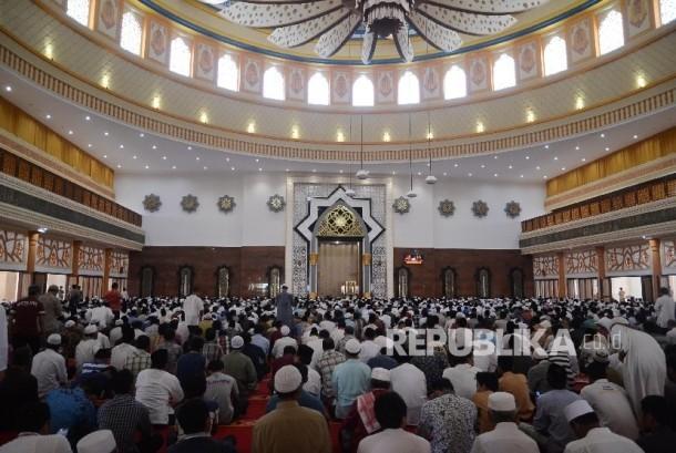 Umat muslim mendengarkan ceramah di Masjid komplek Islamic Center Mataram, Lombok, Nusa Tenggara Barat. (ilustrasi)