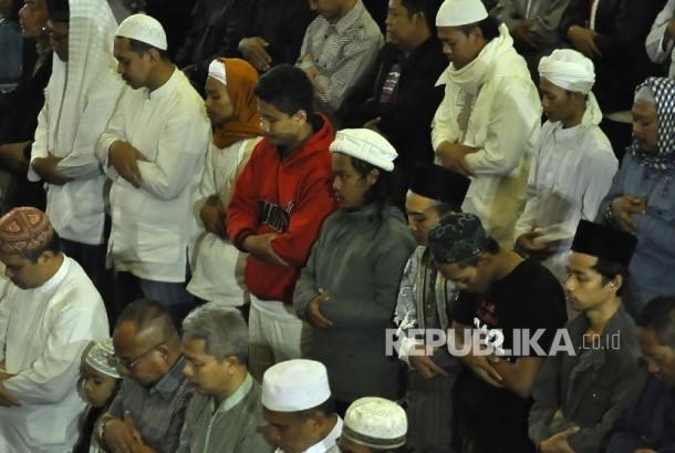 Umat Islam shalat Subuh berjamaah di Masjid Pusdai, Jalan Diponegoro, Kota Bandung, Kamis (26/1).