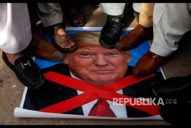 Unjuk rasa menentang putusan Amerika mengakui Yerusalem sebagai ibukota Israel di Peshawar, Paskistan, Jumat (8/12).