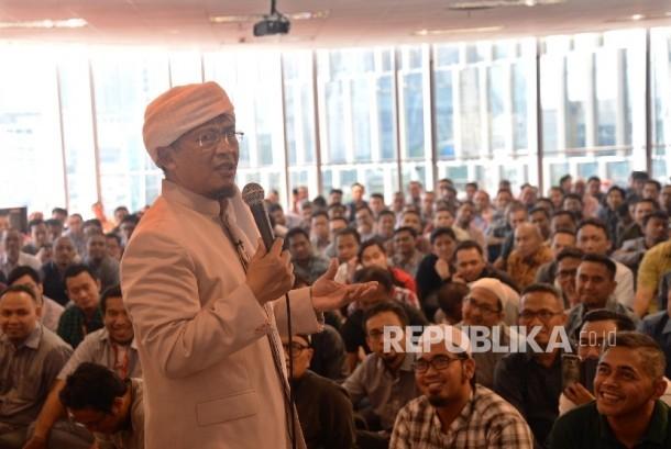 Ustadz Aa. Gymnastiar mengisi ceramah dalam Kajian Zhuhur Ramadhan di Masjid Tarqiyah Taqwa, Telkomsel Smart Office, Jakarta, Rabu (7/6).