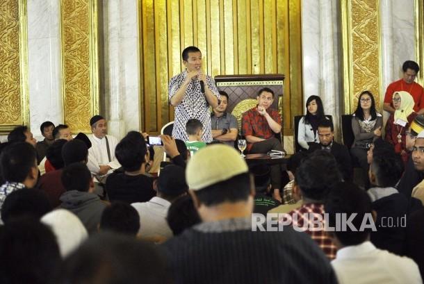 Ustadz Felix Siauw, memberikan ceramah saat acara Silaturahim Mualaf Se-Bandung Raya di Masjid TSM, Jalan Gatot Subroto, Kota Bandung, Ahad (23/4).