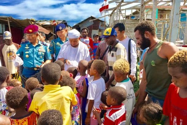 Ustadz Muhammad Arifin Ilham bersama anak-anak suku Asmat.