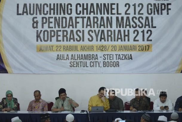 Ustadz Zaitun Rasmin (ketiga kiri) bersama ketua koperasi syariah Antonio Syafe'i (tengah) memberikan pengarahan kepada Jamaah yang mengisi formulir untuk menjadi anggota koperasi syariah 212 yang diselenggarakan di STEI Tazkia, Bogor, Jawa Barat, Jumat (2