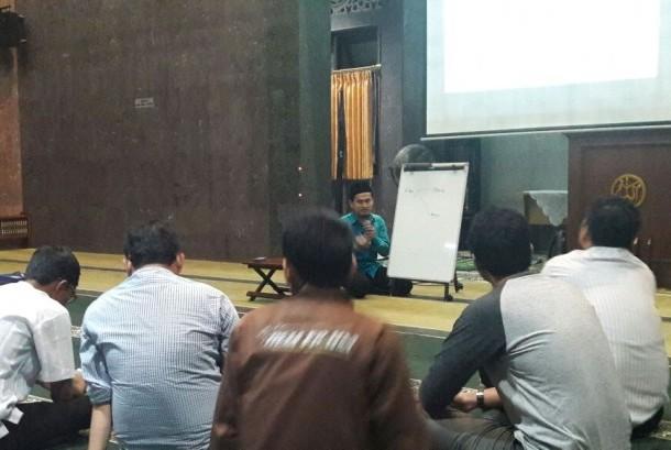 Ustaz Thuba Jazil mengupas kajian ekonomi syariah di Masjid Alumni IPB Bogor.