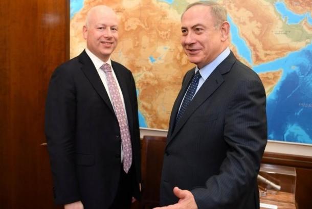 Utusan Presiden Donald Trump untuk Timur Tengah, Jason Greenblatt (kiri) dan Perdana Menteri Israel Benjamin Netanyahu di Yerusalem, 13 Maret 2017.