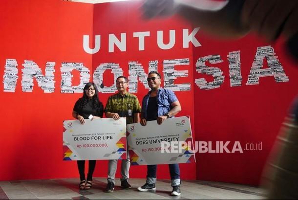 Vice President Corporate Communication PT Telekomunikasi Indonesia Tbk (Telkom) Arif Prabowo (tengah) menyerahkan bantuan untuk sekolah ilustrasi animasi dalam rangka menyambut HUT ke-52 Telkom (Ilustrasi)