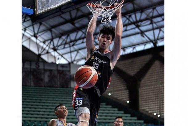 Vincent Rivaldi Kosasih melakukan dunk saat menghadapi Satya Wacana Salatiga dalam laga pembuka Seri I Pertalite IBL 2017.