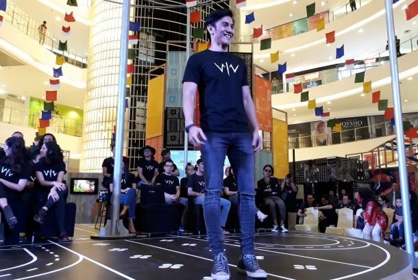 Vino Bastian sebagai pemeran utama film Wiro Sableng.