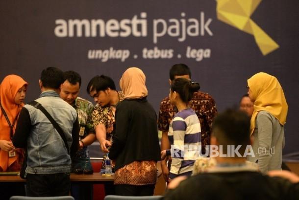 Wajib pajak mengantre mengambil nomor untuk penyerahan berkas pajak di Gedung Dirjen Pajak Pusat, Jakarta. ilustrasi