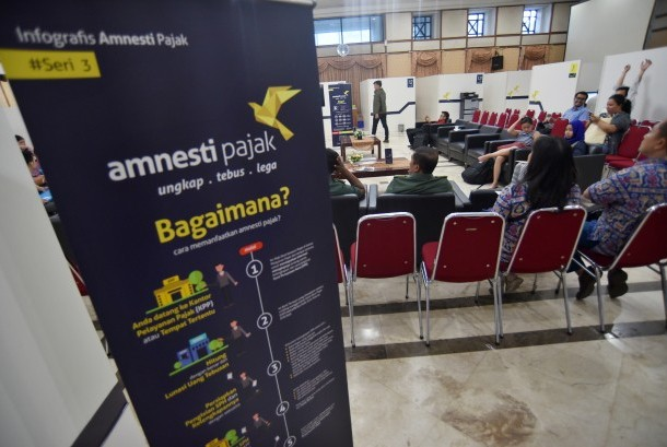 Wajib pajak mengantre untuk melaporkan harta kekayaannya dalam program kebijakan amnesti pajak (tax amnesty) di Kantor Wilayah Direktorat Jenderal Pajak I, Jakarta Selatan,