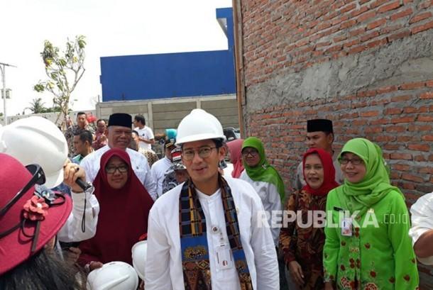 Wakil Gubernur DKI Jakarta Sandiaga Uno mengunjungi lokasi proyek rehabilitasi Pasar Ikan di Penjaringan, Jakarta Utara, Jumat (8/12). Tempat ini akan dikembangkan menjadi kawasan wisata dan diintegrasikan dengan Museum Bahari.