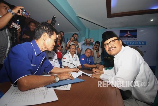 Wakil Gubernur Jawa Timur Saifullah Yusuf atau Gus Ipul (kanan) menandatangani sejumlah dokumen disaksikan Koordinator Divisi Pendaftaran, Administrasi dan Koordinasi Wilayah Desk Pilkada DPD Partai Demokrat Maskur (ketiga kanan) di Kantor DPD Demokrat Jatim di Surabaya, Jawa Timur, Senin (31/7).