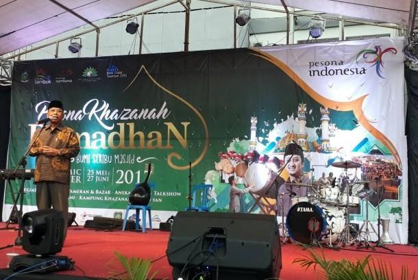 Wakil Gubernur NTB Muhammad Amin membuat bazaar Kampung Khazanah Ramadhan di Islamic Center NTB, Kamis (25/5).