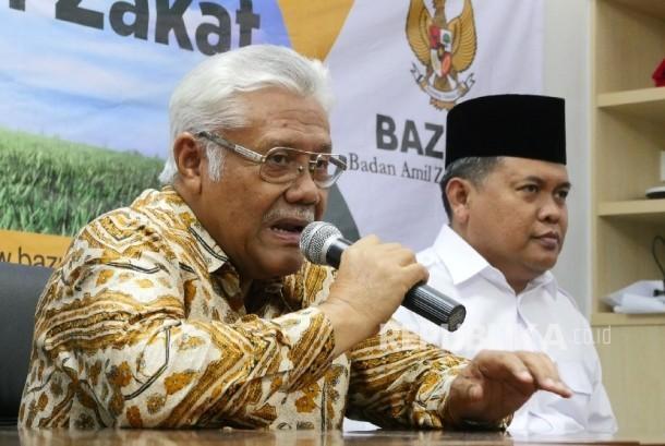 Wakil Ketua BAZNAS Zainulbahar Noor (kiri) didampingi Direktur Amil Zakat Nasional BAZNAS Moh Arifin Purwakananta.