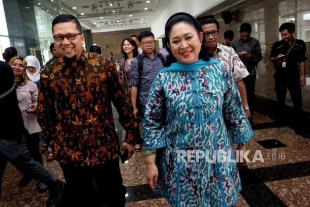 Wakil Ketua Dewan Pakar DPP Golkar Titiek Soeharto bersama Ketua Generasi Muda Partai Golkar (GMPG) Ahmad Doli Kurnia berjalan seusai melakukan pertemuan di Jakarta, Jumat (11/8).