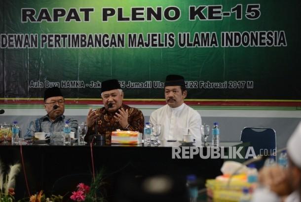 Wakil Ketua Dewan Pertimbangan MUI Didin Hafidhuddin (dari kiri) bersama Ketua Dewan Pertimbangan MUI Din Syamsuddin, Sekretaris Dewan Pertimbangan MUI Noor Ahmad memimpin rapat pleno ke-15 Dewan Pertimbangan MUI di Jakarta, Rabu (22/2).