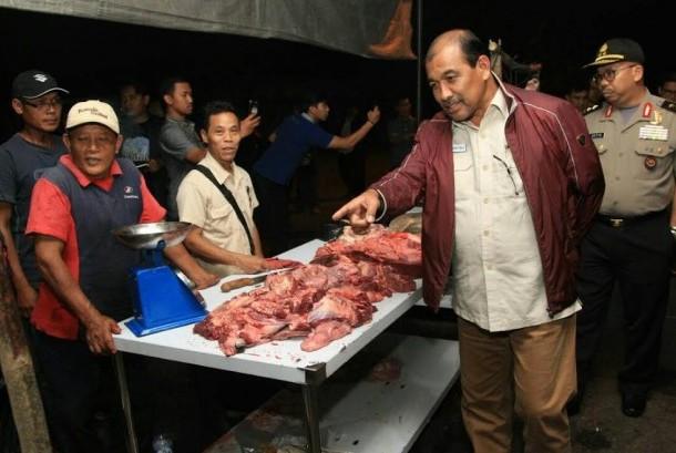 Wakil Ketua DPDRI Nono Sampono saat menyambangi rumah potong sapi PD Dharmajaya di Cakung, Jumat (23/6).