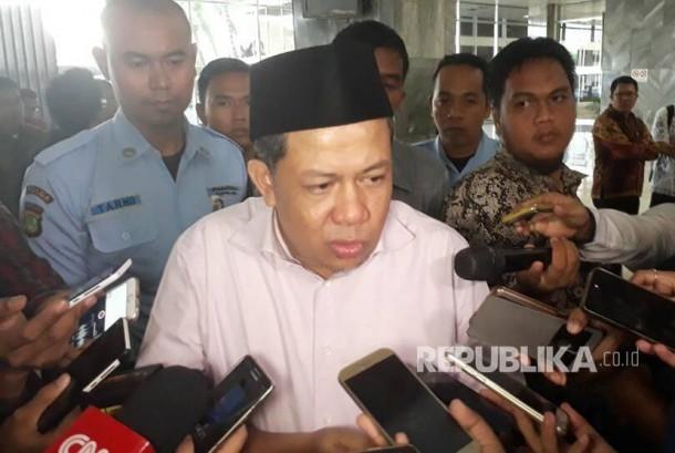 Wakil Ketua DPR RI, Fahri Hamzah memberikan keterangan pada wartawan terkait keputusan penggunaan hak angket selepas melaksanakan acara diskusi di gedung Nusantara III, Jumat (28/5).
