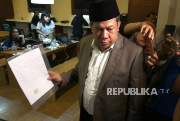 Wakil Ketua DPR RI Fahri Hamzah menunjukkan surat yang ditulis tangan Setya Novanto di Media Centre, Kompleks Parlemen, Senayan, Jakarta, Rabu (22/11).