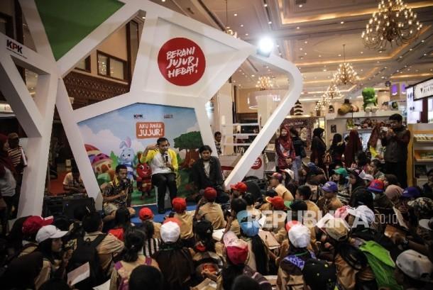 Wakil Ketua Komisi Pemberantasan Korupsi (KPK) Saut Situmorang memberikan dongeng kepada siswa Sekolah Dasar (SD) yang sedang mengunjungi Indonesia International Book Fair (IIBF) 2016 di Jakarta Convention Center, Sabtu (1/10).