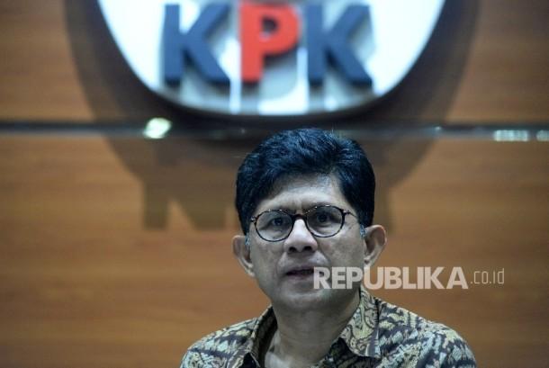 Wakil Ketua KPK Laode M Syarif memberikan keterangan terkait Operasi Tangkap Tangan (OTT) di Gedung KPK, Jakarta, Sabtu (7/10).
