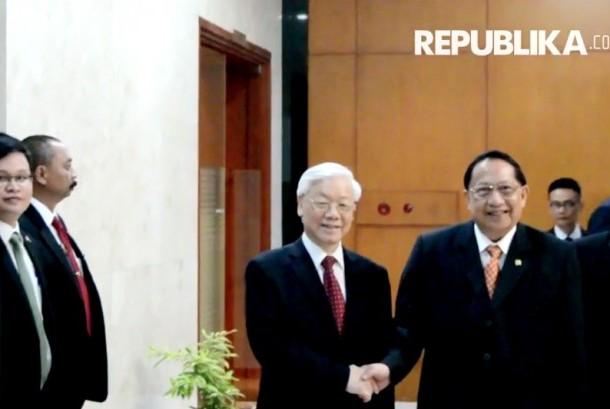 Wakil Ketua Majelis Permusyawaratan Rakyat E.E Mangindaan (kakan) berjabat tangan bersama Sekjen Partai Komunis Vietnam, Nguyen Phu Trong.