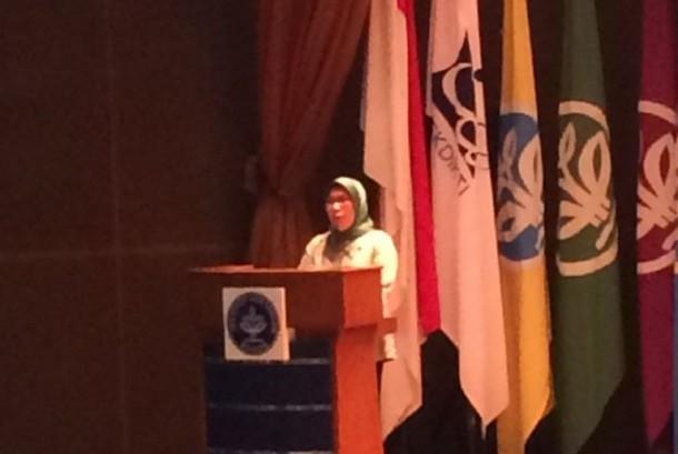 Wakil Ketua OJK Nurhaida saat memberikan kuliah umum di IPB, Senin (20/11).