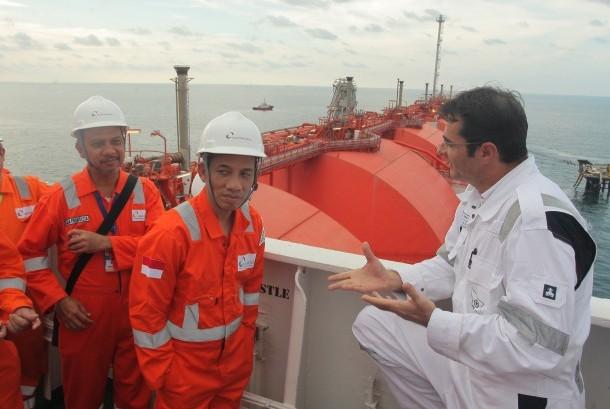 Wakil Menteri ESDM Archandra Tahar (kedua kiri) berbincang bersama Terminal Manager FSRU Nusantara Regas Ivica Asanovic (kanan) saat mengunjungi sarana fasilitas Liquid Natural Gas (LNG) milik PT Nusantara Regas yaitu Floating Storage Regasification Unit (FSRU) di Teluk Jakarta, Kamis (19/10).