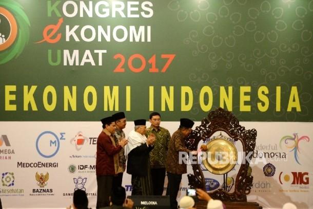 Wakil Presiden Jusuf Kalla (kanan) memukul gong tanda penutupan Kongres Ekonomi Umat 2017 didampingi Ketua Umum MUI Maruf Amin, Ketua Pelaksana Kongres Ekonomi Umat Lukmanul Hakim, Ketua Komisi Pemberdayaan Ekonomi Umat MUI Azrul Tanjung (dari kanan), Jakarta, Senin (24/4).