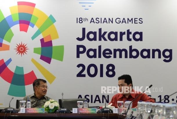 Wakil Presiden Jusuf Kalla (kiri) berbincang dengan ketua KOI Erick Thohir sebelu rapat Asian Games bersama Inasgoc di Jakarta, Sabtu (25/3).