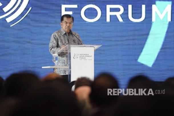 Wakil Presiden Jusuf Kalla memberikan sambutan ketika pembukaan Indonesia Development Forum yang diselenggarakan oleh Kementerian PPN/Bappenas bersama Australian Department of Foreign Affair and Trade, di Jakarta, Rabu (9/8).