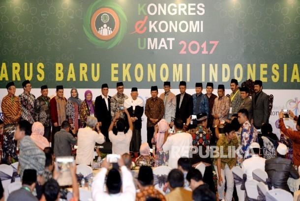 Wakil Presiden Jusuf Kalla (tegah) didampingi Ketua Umum MUI Maruf Amin dan jajaran pengurus MUI berfoto bersama saat penutupan Kongres Ekonomi Umat 2017 di Jakarta, Senin (24/4).