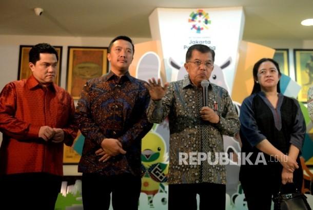 Wakil Presiden Jusuf Kalla (tengah) bersama Ketua KOI Erick Thohir, Menpora Imam Nahrawi, dan Menko PMK Puan Maharani (dari kiri) menggelar konferensi pers usai rapat Asian Games bersama Inasgoc di Jakarta, Sabtu (25/3).
