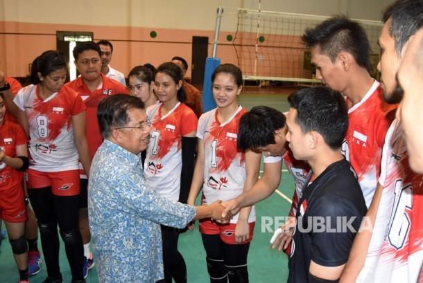 Wakil Presiden Jusuf Kalla (tengah) menyalami tim voli Indonesia saat meninjau Padepokan Voli Sentul di Bogor, Jawa Barat, Selasa (18/7).