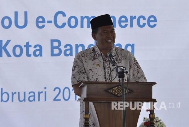 Wakil Wali Kota Bandung Oded M. Danial memberi sambutan saat peluncuran Program Bantuan Pangan Non Tunai (BPNT) 2017 serta pendandatangan MoU e-Commerce di Jalan Binong Jati, Kota Bandung, Kamis, (23/2).