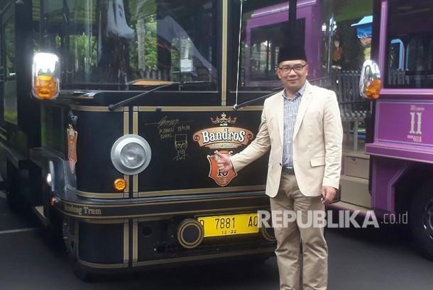 Wali Kota Bandung, Ridwan Kamil meluncurkan 12 Bandung Tour On Bus (Bandros) sebagai sarana kendaraan yang bisa digunakan wisatawan, Jumat (19/1).