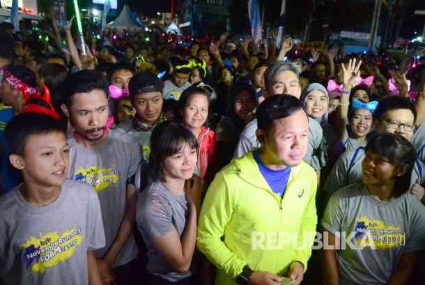 Wali Kota Bogor (berjaket) Bima Arya hadir sebagai salah satu dari dua ribu peserta BJB NovembeRun di halaman Kantor Pusat Bank BJB, Jl Naripan, Kota Bandung, Jumat (24/11).